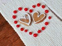 Rote Beeren heraus in Form von Herzen und Plätzchen Stockbild