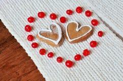 Rote Beeren heraus in Form von Herzen und Plätzchen Lizenzfreies Stockbild