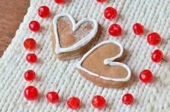 Rote Beeren heraus in Form von Herzen und Plätzchen Stockfotos