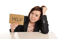 Rote behaarte Frau des traurigen Geschäfts im Druck bei der Arbeit bitten um Hilfe Lizenzfreie Stockfotos
