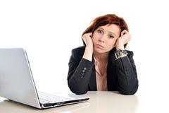 Rote behaarte Frau des traurigen Geschäfts im Druck bei der Arbeit mit Computer