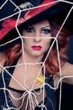 Rote behaarte Frau, die als Hexe für Halloween trägt stockfotos