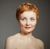 Rote behaarte Frau mit lockigem Haarschnitt Stockbild