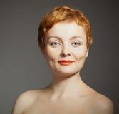 Rote behaarte Frau mit lockigem Haarschnitt Lizenzfreies Stockbild