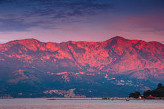 Rote Berge bei Budva, Montenegro ADRIATISCHES MEER Lizenzfreie Stockfotos