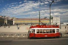 Rote Besichtigungstram am Lissabon-Handelsquadrat stockfotos