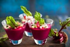 Rote-Bete-Wurzeln gazpacho Suppe stockbilder
