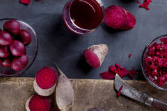 Rote-Bete-Wurzeln Produkte auf Tafel Lizenzfreie Stockfotografie