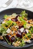 Rote-Bete-Wurzeln Salat mit Feta-Walnüssen und Karotte Stockbild
