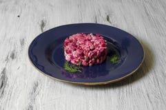 Rote-Bete-Wurzeln Salat mit Huhn, grünen Erbsen, Karotten, Zwiebeln und Jogurtbehandlung Lizenzfreie Stockfotografie