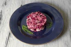 Rote-Bete-Wurzeln Salat mit Huhn, grünen Erbsen, Karotten, Zwiebeln und Jogurtbehandlung Stockbild