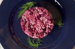 Rote-Bete-Wurzeln Salat mit Huhn, grünen Erbsen, Karotten, Zwiebeln und Jogurtbehandlung Lizenzfreie Stockbilder