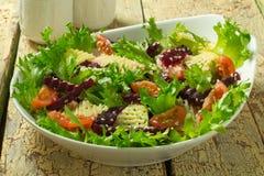 Rote-Bete-Wurzeln Salat mit Käse und Tomaten Lizenzfreies Stockbild
