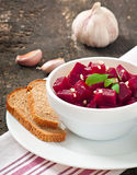 Rote-Bete-Wurzeln Salat mit Knoblauch Stockfotografie