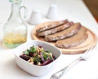 Rote-Bete-Wurzeln Salat mit Walnüssen Stockfoto