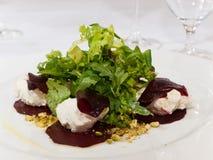 Rote-Bete-Wurzeln Salat mit Ziegenkäse Stockfoto