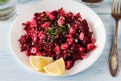 Rote-Bete-Wurzeln Salat mit Zitrone und Feta auf weißer Platte Lizenzfreie Stockbilder