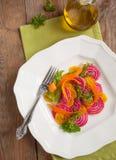 Rote-Bete-Wurzeln und Karottensalat auf Platte Lizenzfreie Stockfotografie