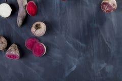 Rote-Bete-Wurzeln und Rübe auf Tafel Lizenzfreie Stockfotos