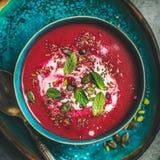 Rote-Bete-Wurzeln vegetarische Suppe mit Minze, chia, Flachs und Kürbiskernen lizenzfreies stockbild