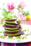 Rote-Bete-Wurzeln, Ziegekäse und Avocado Lizenzfreies Stockfoto