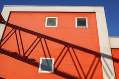 Rote Betonmauer mit Strahln-Licht und Schatten-Beschaffenheit Stockbilder