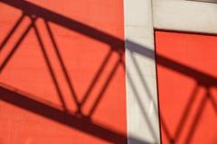 Rote Betonmauer mit Strahln-Licht und Schatten-Beschaffenheit Lizenzfreies Stockbild