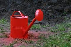 Rote Bewässerungsdose Lizenzfreies Stockbild