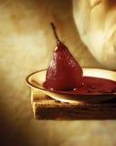 Rote Birne im Wein Stockfotos
