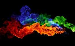 Rote, blaue u. grüne Flammen des Farbenfeuers -