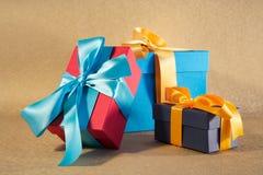 Rote blaue und dunkelblaue Geschenkkästen Lizenzfreies Stockfoto