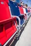 Rote, blaue und weiße Haupttribünensitze stockfotografie