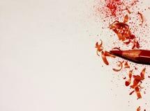 Rote Bleistift- und Zeichenstiftschnitzelnahaufnahme mit Platz für Ihren Text oder andere Gestaltungselemente Stockfotografie