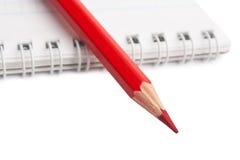 Rote Bleistifte und Notizbuch Stockfotos