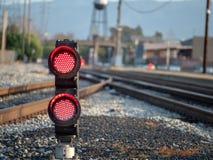 Rote Blinklichter auf Bodenhöhe an der Eisenbahn Lizenzfreie Stockfotografie
