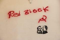 Rote Blockgraffiti auf einer Wand Stockfoto