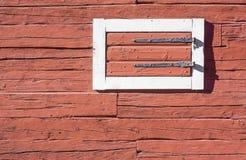Rote Blockhaus-Wand mit Luke Stockbild