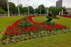 Rote Blumen in den königlichen Gärten Stockfotos
