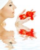Rote Blumenblätter in der reizenden Frau Stockbilder
