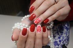 Rote Blumennägel des Maniküredesigns lizenzfreie stockfotografie