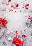 Rote Blumenzusammensetzung auf hellgrauem Hintergrund, Draufsicht, Rahmen Blumenplan, flache Lage stockfotografie