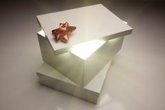 Rote Bogen-Geschenk-Kasten-Kappe, die sehr hellen Inhalt zeigt Stockbilder