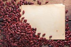 Rote Bohnen in einer Schale auf einem Bretterboden Lizenzfreie Stockfotos