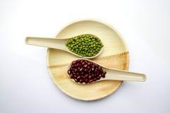 Rote Bohnen und grüne Bohnen in einem Löffel Lizenzfreie Stockfotografie