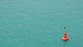 Rote Boje, die in Meerwasser schwimmt stock footage
