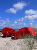 Rote Boote auf Strand Stockfotografie