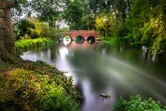 Rote Brücke über dem Fluss Stockfotos
