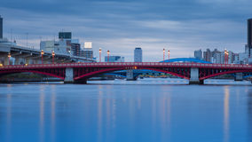 Rote Brücke über Fluss Stockbild