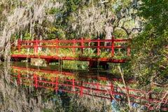 Rote Brücke über Süd-Carolina Lake stockfotografie
