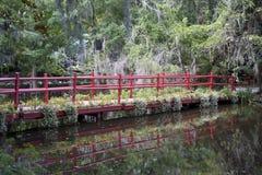 Rote Brücke durch den Sumpf Stockbilder